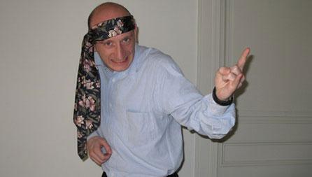 Hombre con corbata en la cabeza